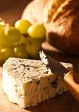 Stilton Käse mit Trauben lizenzfreie stockfotos