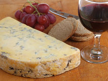 Stilton-Käse u. Portwein Stockbild