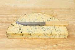 Stilton mit einem cheeseknife lizenzfreies stockbild