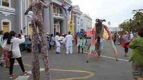 Stiltwalker-Künstler an Quadrat Parque Jose Marti stock footage