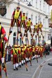 Stiltwalkers sobre a fileira dos povos Imagem de Stock