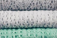 Stilvoll strickte die farbigen Pastellstrickjacken, die im Stapel gefaltet wurden Winter- und Frühlings-Saison-Strickwarenkleidun lizenzfreie stockbilder