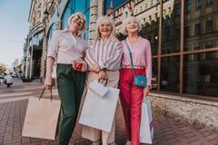 Stilvolle ältere Damen bleiben mit Paketen lizenzfreie stockbilder