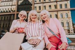 Stilvolle ältere Damen sitzen mit Paketen lizenzfreies stockfoto