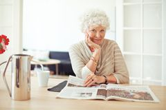 Stilvolle alte lesende Dame zu Hause Lizenzfreies Stockfoto