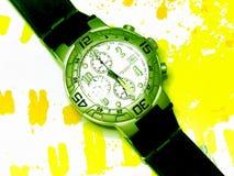 Stilvolle Armbanduhr auf kopiertem gelbem Hintergrund lizenzfreies stockbild