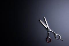 Stilvolle Berufs-Barber Scissors, Haar-Ausschnitt auf Schwarzrückseite Lizenzfreie Stockfotos