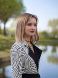 Stilvolle blonde Frau lizenzfreies stockbild