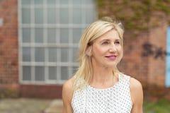 Stilvolle blonde Frau, die etwas aufpasst Lizenzfreies Stockfoto