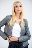 Stilvolle blonde Frau in einer Lederjacke Lizenzfreie Stockfotos