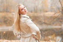 Stilvolle blonde Frau im Herbstpark stockfoto