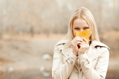 Stilvolle blonde Frau im Herbstpark stockfotografie