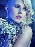 Stilvolle Frau mit den Händen voll von den Perlen Lizenzfreies Stockfoto
