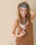 Stilvolle blonde Frau mit Zigeunerart Stockfotos