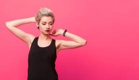 Stilvolle blonde junge Frau in Retro- runde Sonnenbrille Lizenzfreie Stockfotos