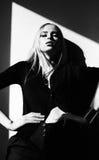 Stilvolle blonde vorbildliche stehende nahe Wand der jungen Frau hinter der Sonne Stockfotos