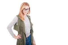 Stilvolle blonde weibliche Aufstellung der Schönheit in der modernen Kleidung Lizenzfreies Stockfoto