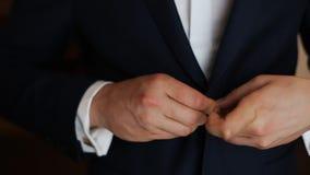 Stilvolle Braut im Hochzeitsanzug stock video