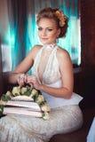 Stilvolle Braut mit Rosen Stockfoto