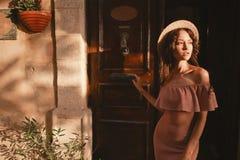 Stilvolle Brunettefrau, die in alte Stadt geht Lizenzfreie Stockfotos