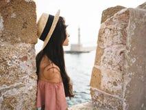 Stilvolle Brunettefrau, die Sonnenaufgang auf Seeseite genießt Lizenzfreie Stockbilder