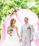 Stilvolle elegante blonde Braut und Bräutigam der Hochzeitszeremonie draußen Lizenzfreies Stockbild