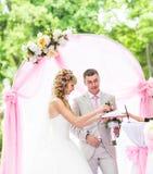 Stilvolle elegante blonde Braut und Bräutigam der Hochzeitszeremonie draußen Stockbild
