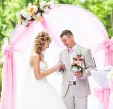 Stilvolle elegante blonde Braut und Bräutigam der Hochzeitszeremonie draußen Stockbilder