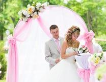 Stilvolle elegante blonde Braut und Bräutigam der Hochzeitszeremonie draußen Stockfoto