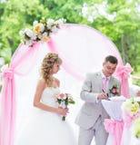 Stilvolle elegante blonde Braut und Bräutigam der Hochzeitszeremonie draußen Lizenzfreie Stockfotografie