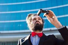 Stilvolle elegante Dreadlocksgeschäftsmannferngläser Stockfotografie