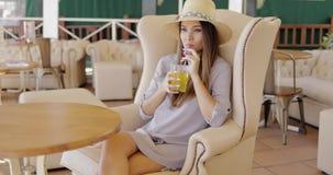 Stilvolle elegante Frau, die Getränk hat stock video