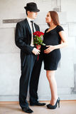 Stilvolle elegante junge Paare, die ein Baby warten Stockbild