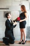 Stilvolle elegante junge Paare, die ein Baby warten Lizenzfreies Stockbild