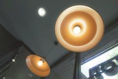 Stilvolle Fallrundendecke schöne Retro- Edison-Lichtluxuslampe sitzen stockbilder