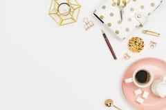 Stilvolle flatlay Anordnung mit Kaffee, Milchhalter, Planer, Gläsern und anderem stationärem Zubehör lizenzfreies stockbild