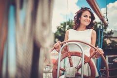 Stilvolle Frau auf einer Luxusregatta Stockfoto