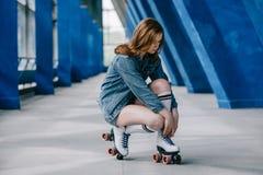 stilvolle Frau in den hohen Socken der Denimkleidung, die Spitzee auf Retro- binden stockbild