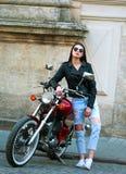 Stilvolle Frau in der Lederjacke auf klassischem Motorrad in der Stadt Lizenzfreie Stockbilder