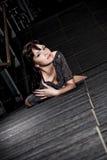 Stilvolle Frau, die auf Treppen liegt Lizenzfreies Stockfoto