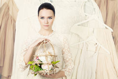 Stilvolle Frau Hintergrund von Kleidung und von Zubehör Stockbilder