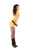 Stilvolle Frau im gelben Kleid Lizenzfreies Stockfoto
