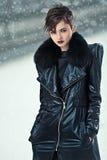 Stilvolle Frau im ledernen Mantel lizenzfreie stockbilder