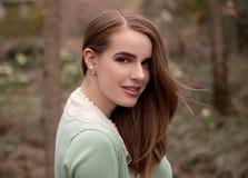 Stilvolle Frau im Park Stockfotografie