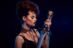 Stilvolle Frau mit den modernen hairdress, die Stahlklinge halten Stockfotos