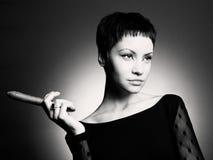 Stilvolle Frau mit Zigarre Stockbilder