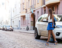 Stilvolle Frau, welche draußen die Straße während auf Reise auf Eu kreuzt lizenzfreie stockbilder