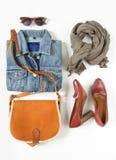 Stilvolle Frauenkleider eingestellt Frauen-/Mädchenausstattung auf weißem Hintergrund Blaue Denimjacke, grauer Schal, Weinlese cr lizenzfreie stockfotografie