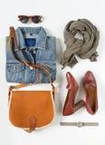 Stilvolle Frauenkleider eingestellt Frauen-/Mädchenausstattung auf weißem Hintergrund Blaue Denimjacke, grauer Schal, Weinlese cr stockfotos