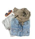Stilvolle Frauenkleider eingestellt Frauen-/Mädchenausstattung auf weißem Hintergrund Blaue Denimjacke, graues T-Shirt, Schal und stockfotos